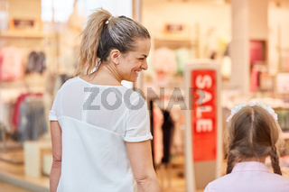 Mutter und Tochter kaufen in Mode Shop