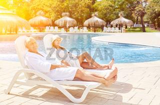 Senioren Paar im Wellness Urlaub auf Liegestuhl
