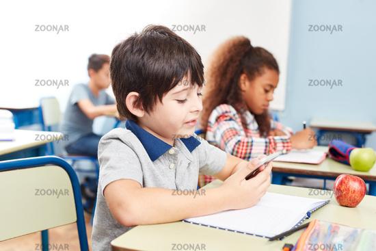 Schüler schaut auf sein Smartphone