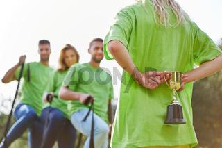 Der Sieger Pokal wartet auf das erfolgreiche Team