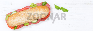 Sandwich Baguette Vollkorn Brötchen belegt mit Salami Banner Textfreiraum Copyspace von oben