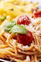 Nahaufnahme von Spaghetti mit Tomaten und Basilikum