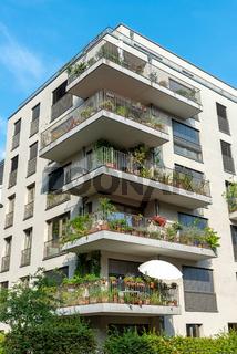 Graues Mehrfamilienhaus in Berlin