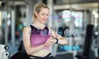 Frau mit Smart Watch als Fitnesstracker