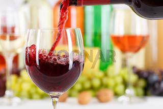 Wein einschenken eingießen aus Weinflasche Weinglas Rotwein Flasche Textfreiraum Copyspace