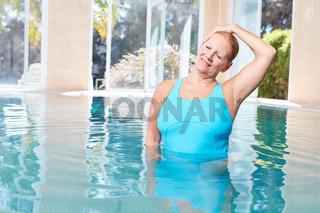 Frau macht gesunde Dehnung für den Nacken