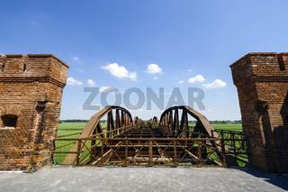Ruinen der ehemaligen ElbbrüŸcke Dšömitz, Niedersachsen, Deutschland