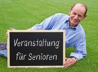 Veranstaltung für Senioren, Rentner mit Kreidetafel Schild