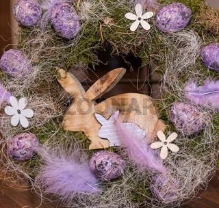 dekorativer Osterkranz mit Eiern und Hase aus Holz
