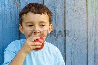 Apfel Frucht esen Kind kleiner Junge Textfreiraum Copyspace draußen