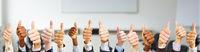 Geschäftsleute mit Thumbs up Zeichen