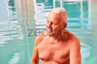 Alter Mann im Schwimmbad in einer Kur