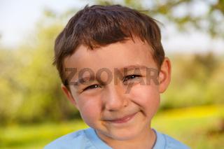 Kind kleiner Junge Portrait Gesicht draußen Frühling
