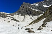 Wanderer durchqueren das Salentse Kar beim Aufstieg zur Rambert Hütte,Wallis,Schweiz