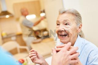 Seniorin bekommt Hilfe von Pflegedienst