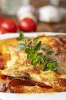 Überblick über eine hausgemachte Lasagne auf Holz