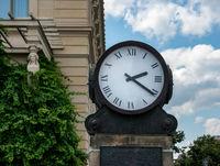 historische Uhr am Bebelplatz in Berlin