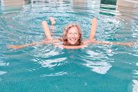 Senior Frau im Pool macht Aquagymnastik