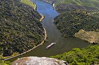 Ausflugsschiff auf dem Fluss Douro bei Sao Joao da Pesqueira, Viseu Distrikt, Portugal