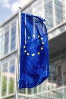 Flagge der Europäischen Union vor Bürogebäude
