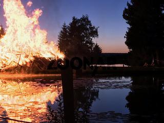 Enormes Feuer nahe dem See in der Natur