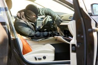 Dieb durchwühlt Handschuhfach im Auto