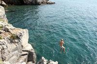Mädchen springt ins Wasser