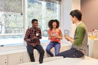Gruppe junger Kollegen machen eine Kaffeepause