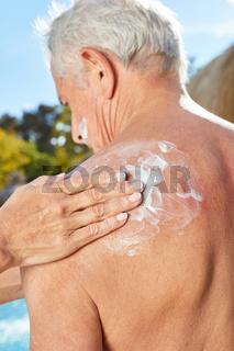 Rücken mit Sonnencreme einreiben