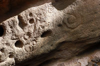 Petroglyphen (Felsgravuren) bei den Höhlen von Buracas