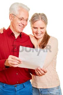 Paar Senioren bekommt positiven Bescheid per Post
