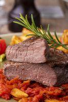 gegrilltes Steak auf einem Teller mit Rosmarin