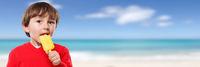 Eis schlecken Wassereis lecken essen Junge Kind Sommer Strand Textfreiraum Copyspace