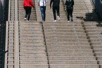 Gruppe Jugendlicher auf der Treppe