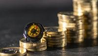 Kompass liegt auf Stapeln mit Münzen