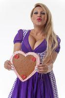Bayerische Frau in einem lila Dirndl