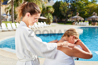 Wellness Massage für Rücken und Schulter