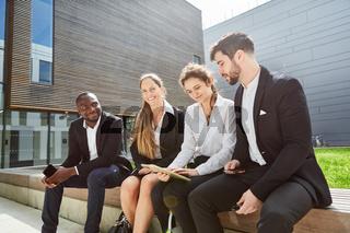 Geschäftsleute als Team mit einem Tablet