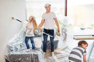Familie und Kinder bei der Renovierung