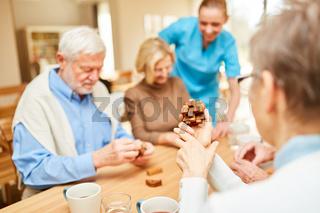 Pflegekraft betreut Senioren bei Demenz Therapie