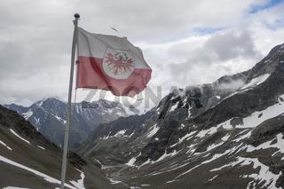 Tiroler Fahne in den österreichischen Alpen