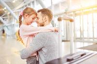 Tochter bei Verabschiedung von Vater am Flughafen