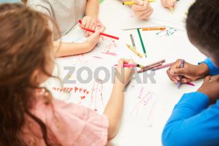 Kinder malen Fantasie Bilder mit Filzstiften