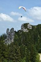 Gleitschirmfliegen bei der Kampenwand, Chiemgau, Bayern, Deutschland