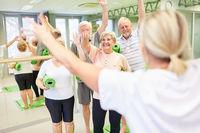 Senioren und Trainer winken zur Begrüßung