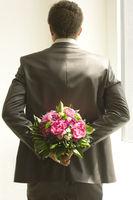 Mann mit Blumenstauss,