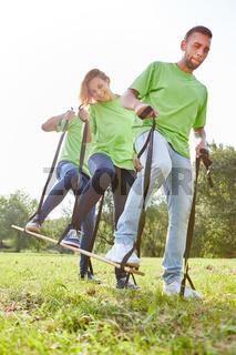 Junge Leute trainieren Koordination und Teamwork