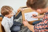 Vater und Sohn beschriften Umzugskarton