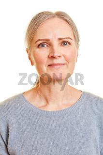 Lächelnde ältere Frau von vorne