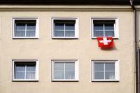 Schweizer Nationalflagge am Fenster